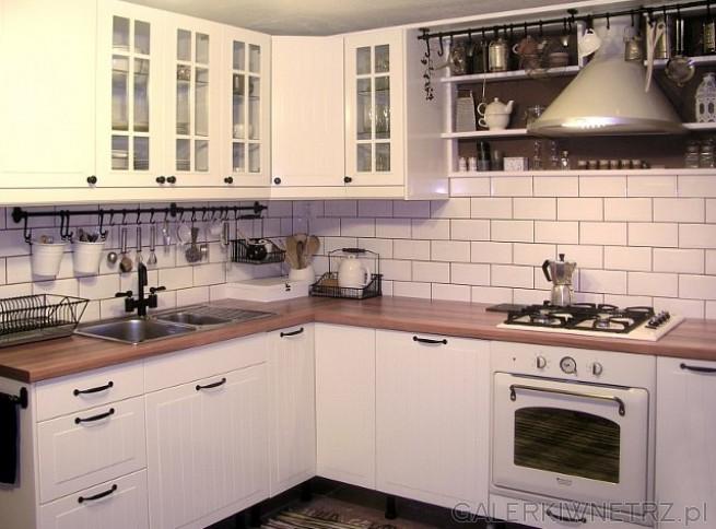 Mała kuchnia w wiejskim stylu. Pomalowana na biało by optycznie powiększyć pomieszczenie. ...
