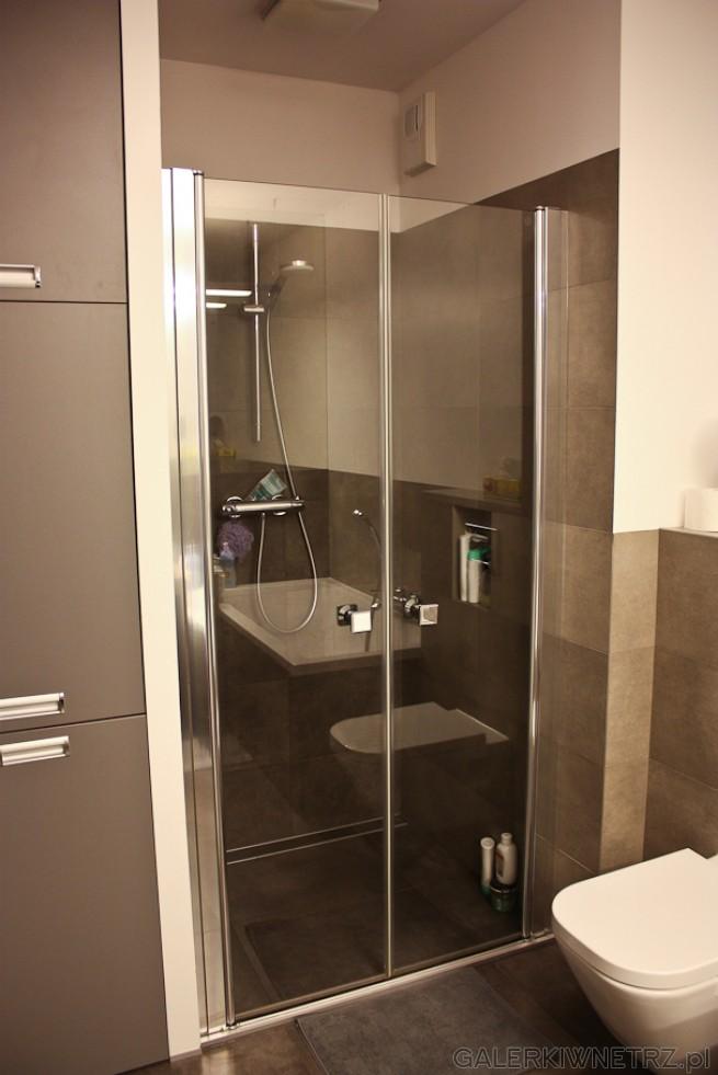 W tej łazience dominuje minimalizm i prostota. Tak samo jest w przypadku prysznica ...