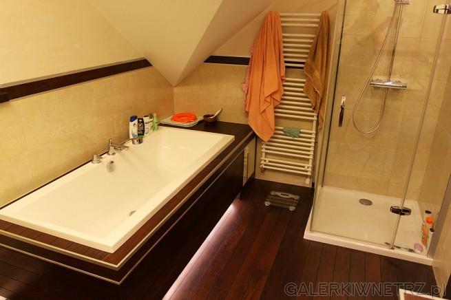 W tej łazience zmieściła sięzarówno wanna jak i kabina prysznicowa. Wanna ...