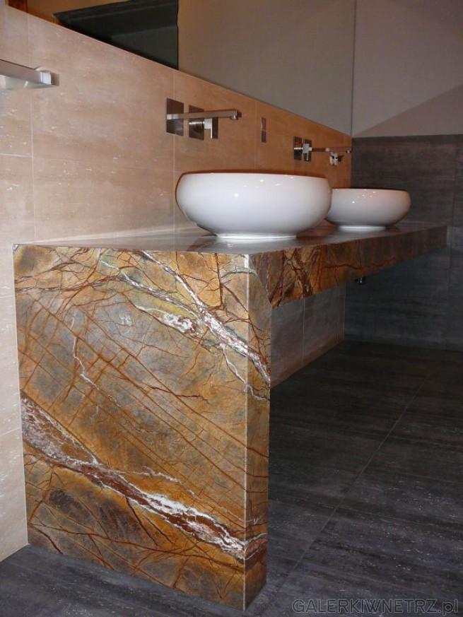 Zamiast szafki pod umywalkę zabudowa z kamienia naturalnego. Dwie umywalki obok siebie