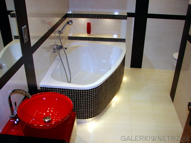 Przykład podświetlenia łazienki. Czerwona umywalka szklana