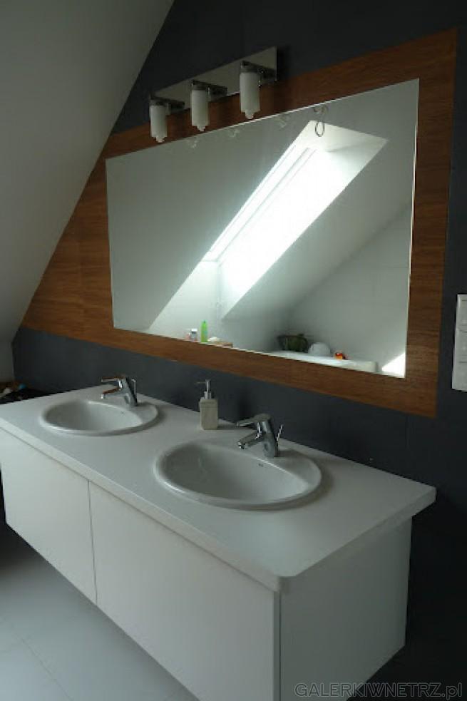 Lustro oraz Umywalki na białych Blatach, zamontowane pod niewielkim skosem
