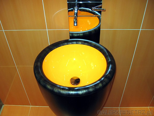 Umywalka podświetlana w stylu afrykańskim? W każdym razie wyglądała świetnie. ...