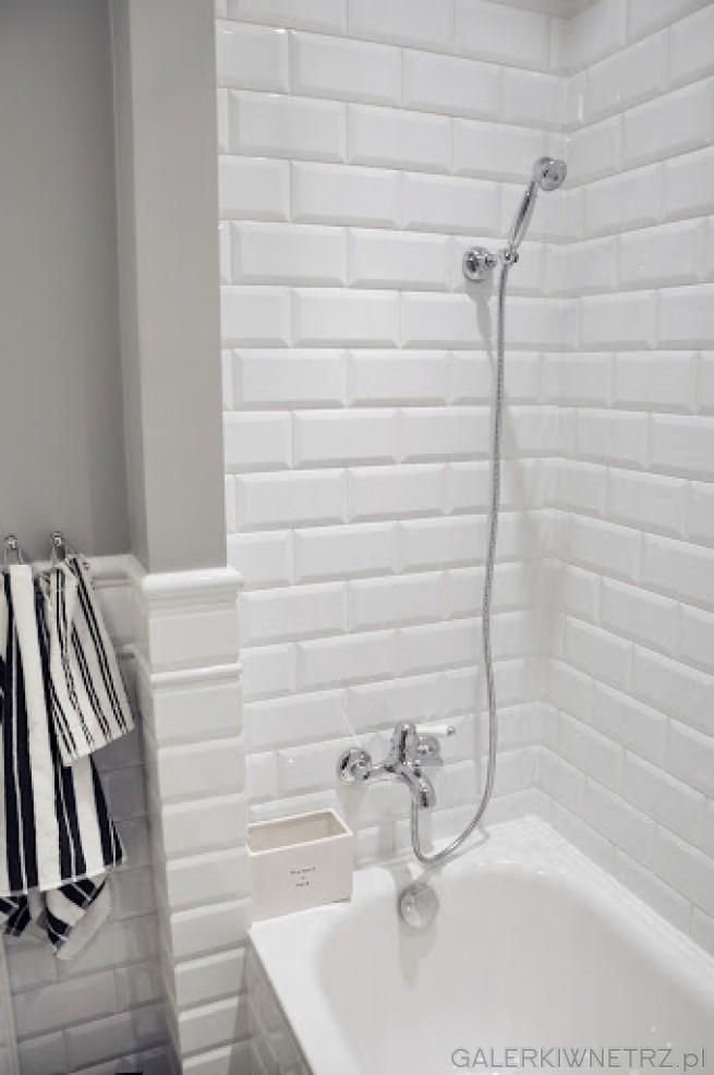 Mała łazienka Urządzona Całkowicie W Bieli I Szarości