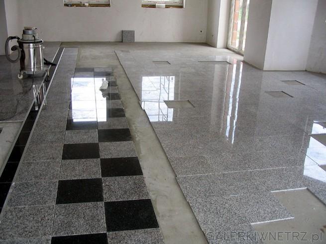 Podłoga z gresu - jest to gres polerowany. Płytki wielkości około 30x30cm. Wzór ...