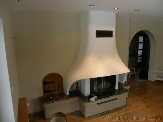 Kominek w stylu rustykalnym, o opływowych kształtach, komin został pomalowany ...