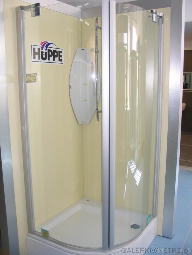 Kabina Huppe pólokrągla. Ścianę kabiny stanowią jedynie drzwi - wygląda to ...