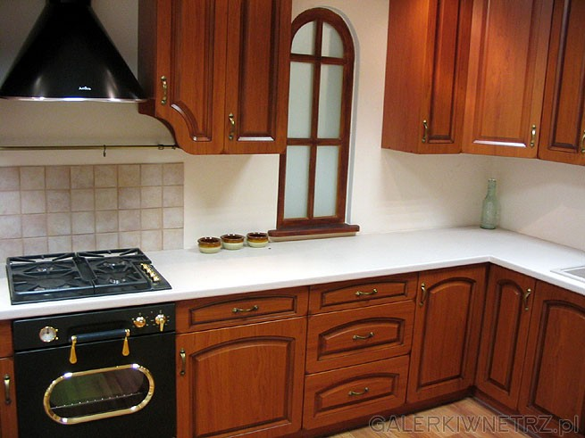 Klasyczna kuchnia Black Red White z frontami z drewna. Kuchenka gazowa w klasycznym ...