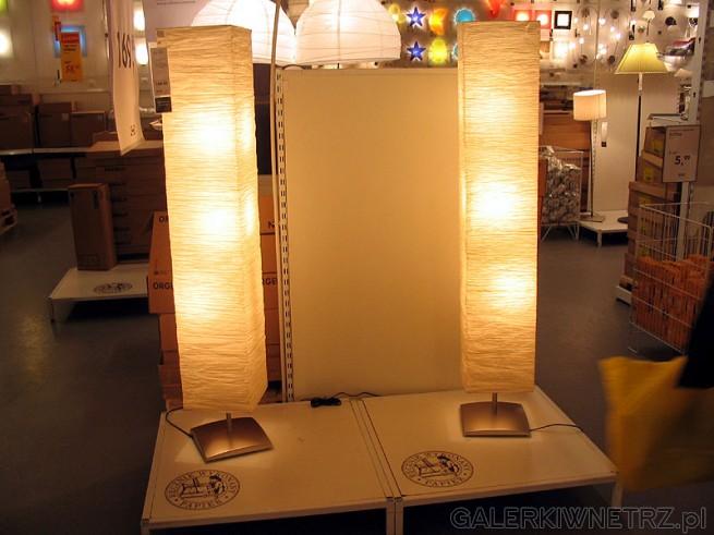 Stojąca lampa z abażurem który jest rozkładany. Nastrojowe lampki