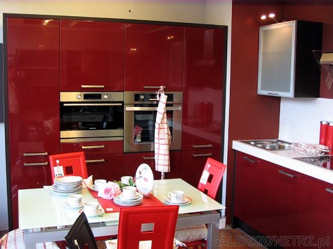 Meble kuchenne - fronty w czerwieni. Cała kuchnia jest czerwona
