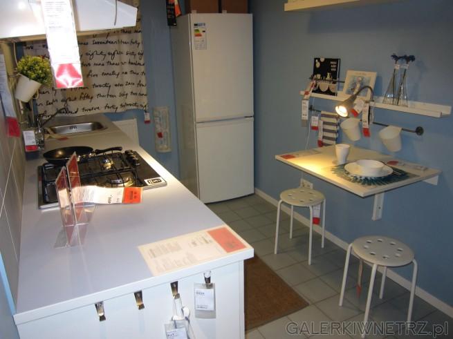 Aranżacja mebli METOD/HAGGEBY w IKEI, białe meble kuchenne dopełnia mały blat kuchenny ...