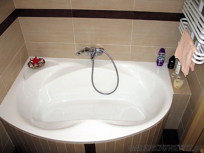 Duża wanna - komfortowa kąpiel i relaks dla 2 osób. Wanna zajmuje dużą część ...