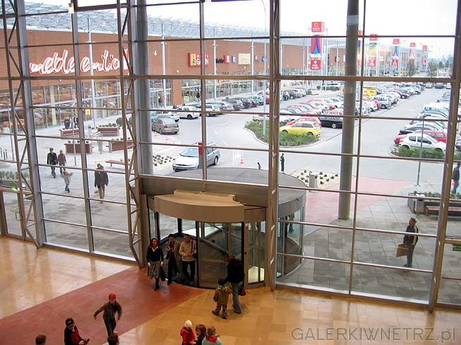Drzwi obrotowe. Domoteka zlokalizowana jest na Targówku i sąsiaduje z innymi sklepami ...