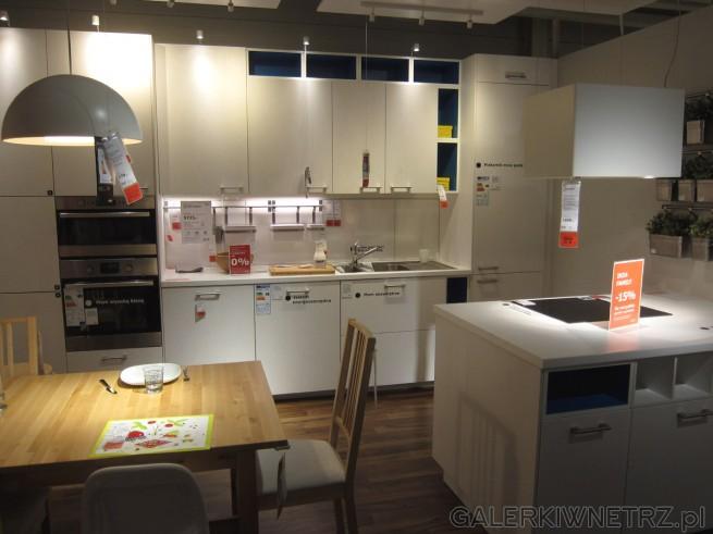 Minimalistyczny, biały zestaw kuchenny z IKEI o nazwie METOD/RASDAL wykonane z białego ...