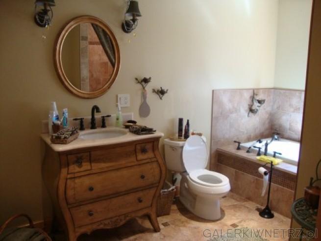 Komoda w łazience zaadaptowana jako szafka pod umywalkę. Czarne baterie oraz owalne ...