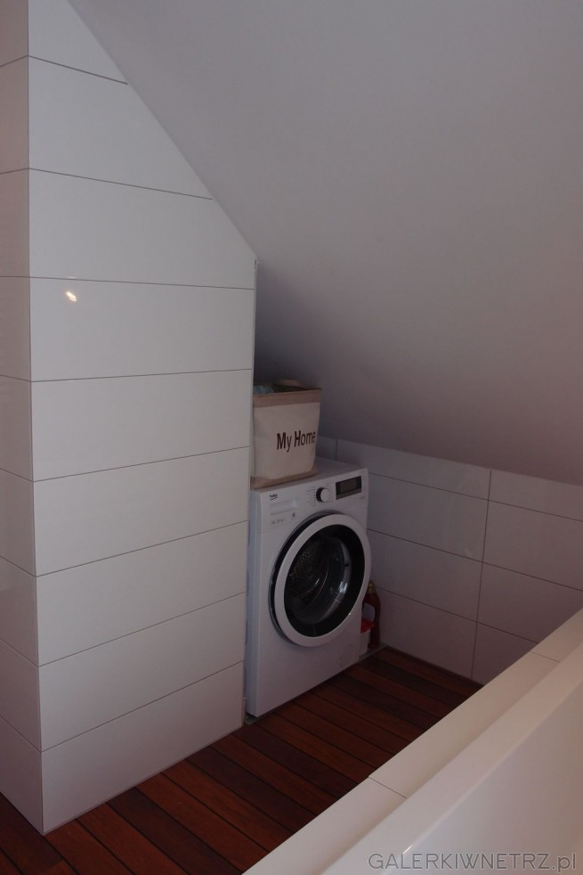 Pod skosem udało sięschować biała pralkę, która idealnie mieści siępomiędzy ...