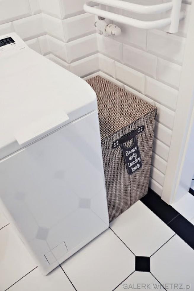 Pomiędzy pralką a ścianąznajduje się miejsce na kosz na brudne ubrania w ...