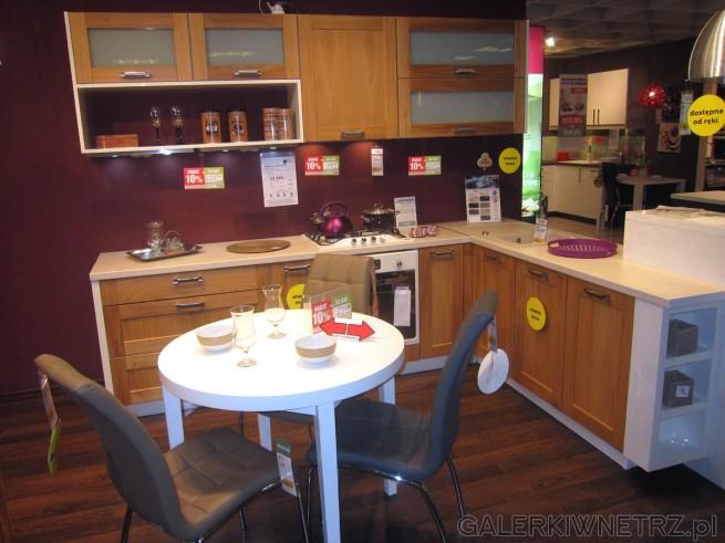 Propozycja kuchni o klasycznym wyglądzie z ciekawym kolorem na ścianach. Blat ...