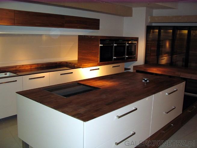 Ciepła kuchnia Mebel Rust Kuchnie Witt - blat stylizowany na kolor drewna