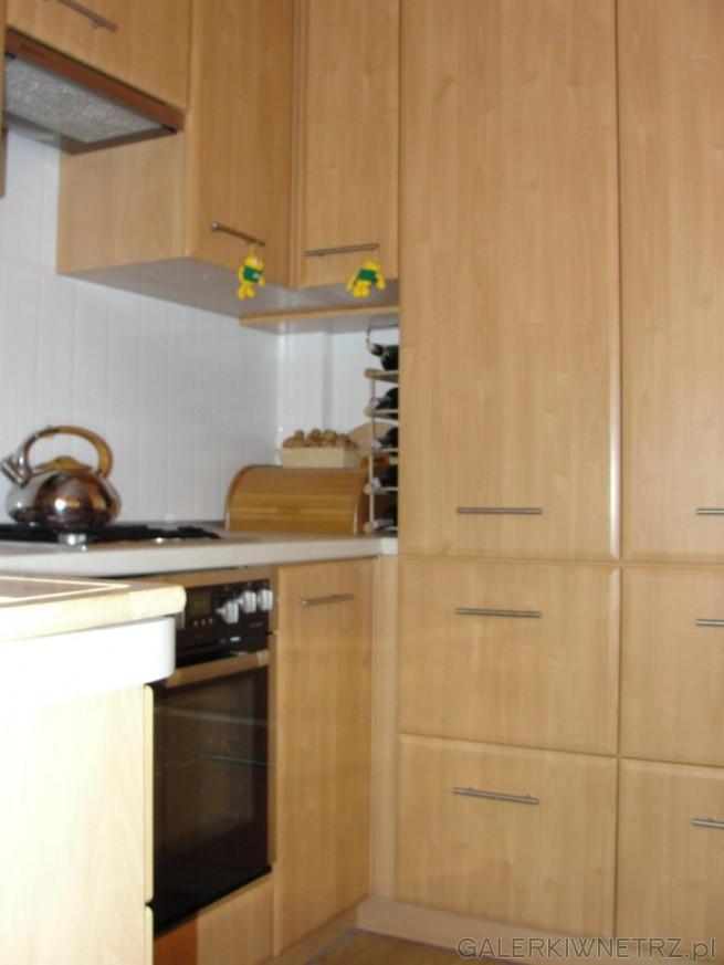 Wysokie szafki z szufladami i miejscem na przechowywanie akcesoriów kuchennych