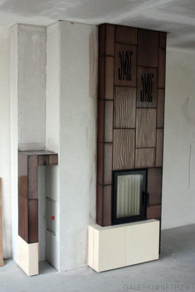 Propozycja zabudowy kominka z wielkoformatowymi kaflami. Wkład jest pionowy, jest ...