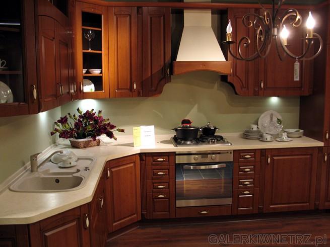 Kuchnia klasyczna, w naturalnym kolorze drewna. Cena kuchni bez AGD około 10095PLN.
