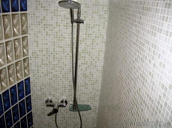Zestaw prysznica. Słuchawka jest duża i przy odpowiednim ciśnieniu działa należycie