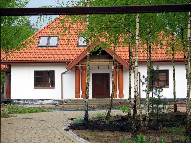 Oryginalny dom i niecodzienne kolumny z drewna