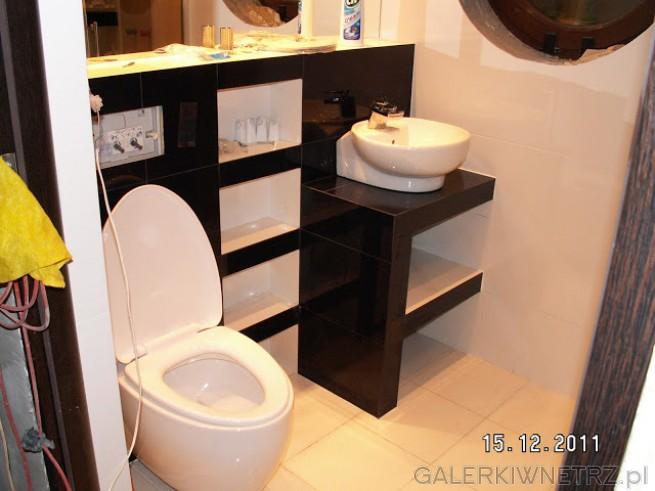 Nowoczesna łazienka utrzymana w kolorystyce czarno białej - black and white. Podłoga ...