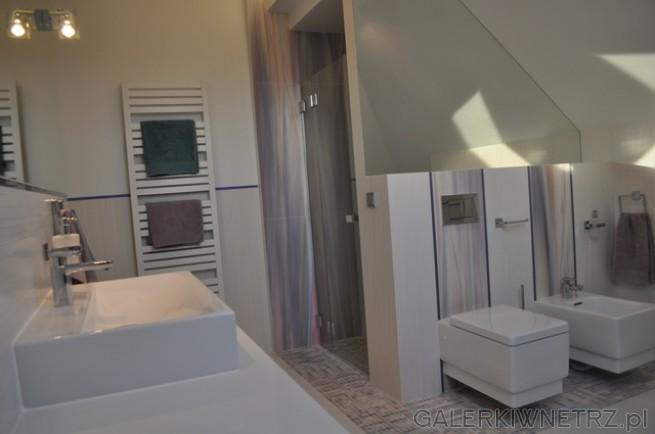 WC oraz Bidet Kludi Esprit, zamontowane pod niewielkim skosem, na tle kolorowych ...