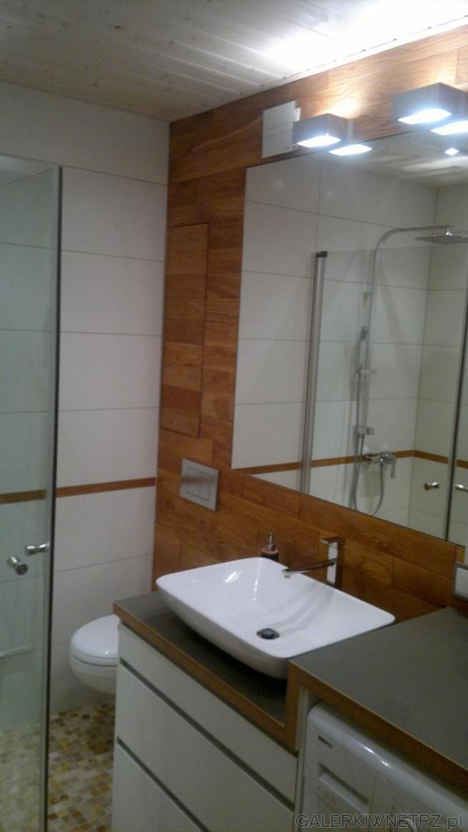 Ciekawy pomysł z wykorzystaniem drewna w łazience. Ściana, na której znajduje ...