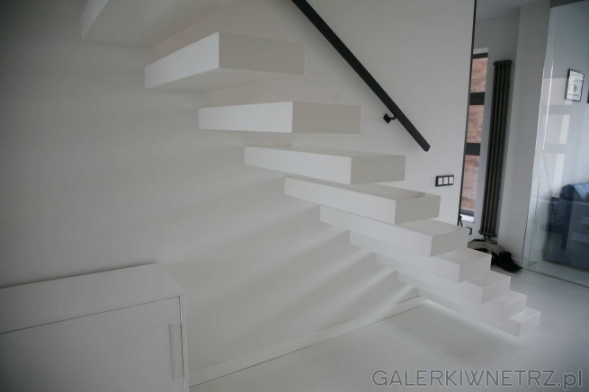 Projekt schodów wspornikowych w bieli. Schody wyglądają lekko i nie dominują ...