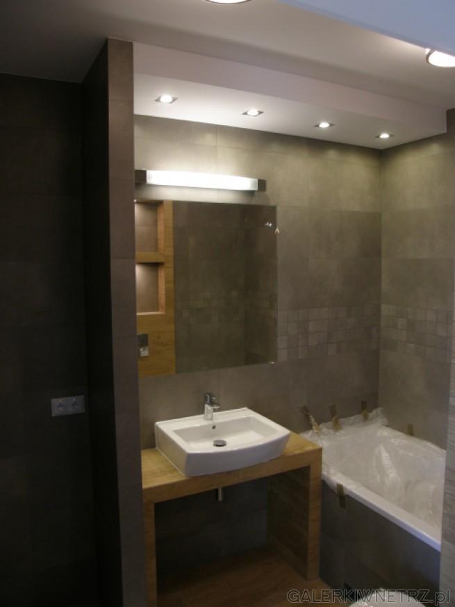 Elegancka łazienka w dobrym guście, w szarościach i brązach zbliżonych do drewna. ...