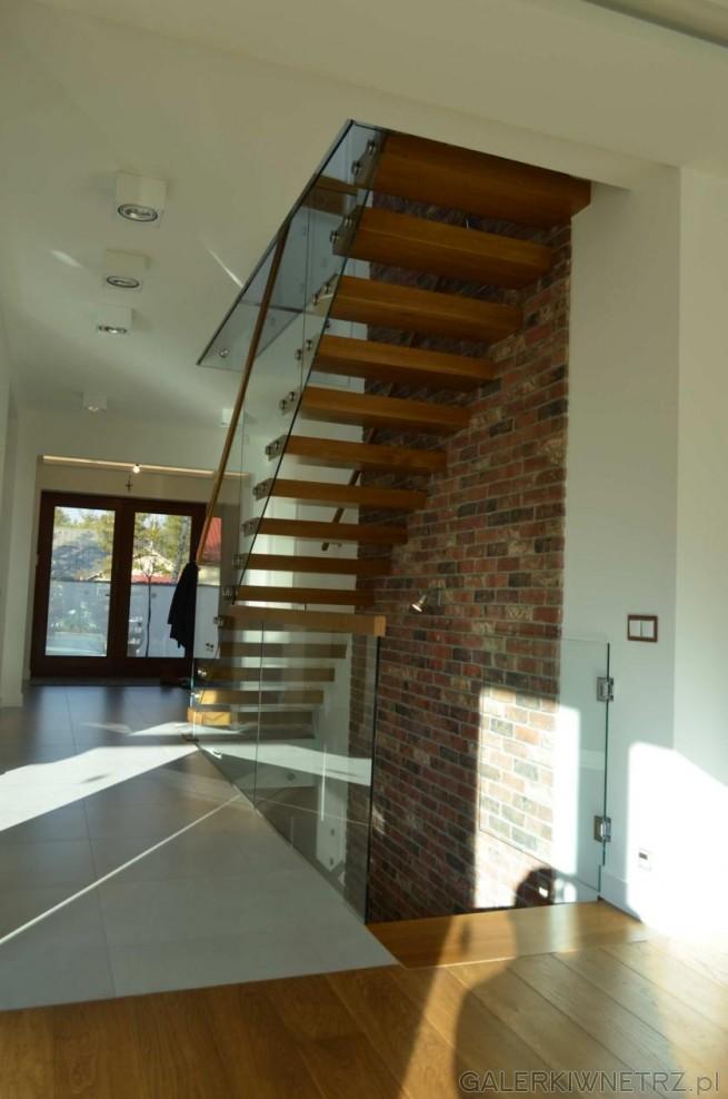Projekt schodów wspornikowych z elementem szklanej balustrady. Szkło ładnie dopełnia ...