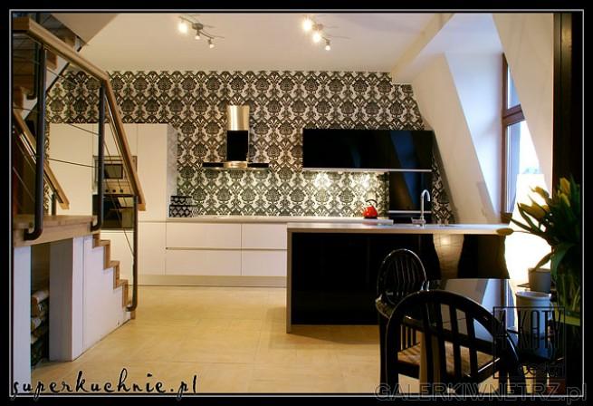 Piekarnik zabudowany w szafce, szafki kuchenne w czerni. Ściana zabezpieczona hartowanym ...