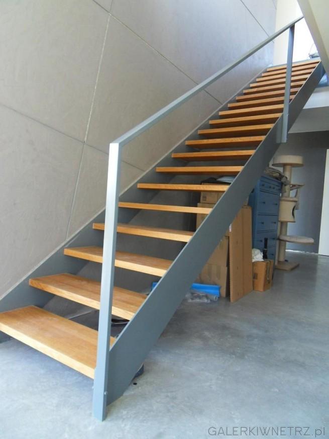 Prosty projekt schodów w drewnie i w szarościach. Jest to przykład schodów ażurowych, ...