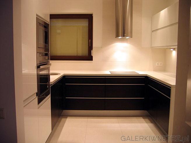 W kuchni na ścianach jest ceramika TAU model Daria 32x90cm, kolor biały. Te płytki ...
