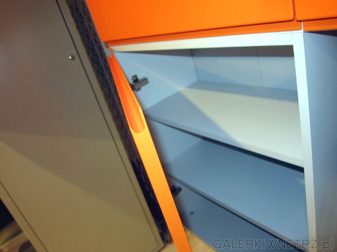 Detal szafki z Agata Meble, wykorzystanej w tej aranżacji. Front szafki jest pomarańczowy, ...