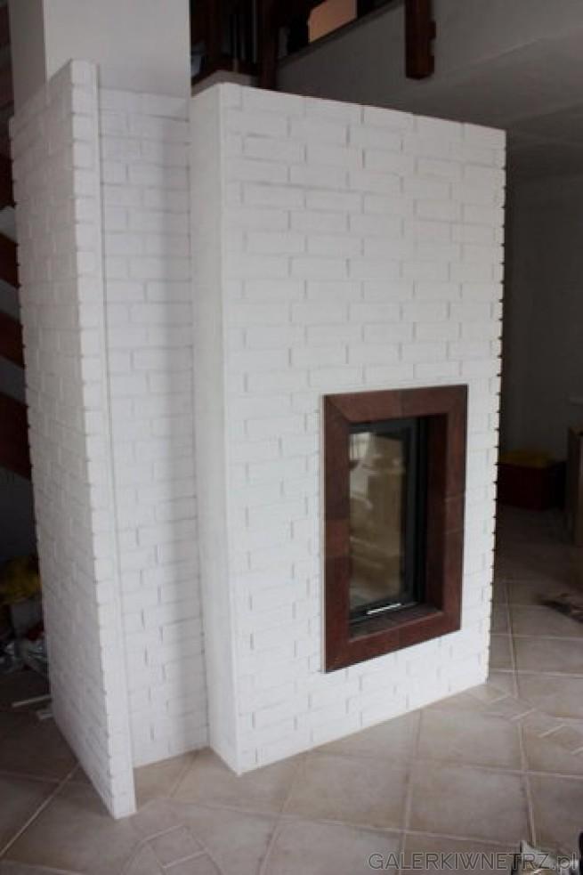 Minimalistyczna propozycja kominka z obudową z białych cegieł szamotowych. W środku ...