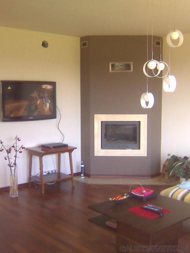 Propozycja kominka do salonu, dla lubiących ciepłe brązy i beże. Wkład kominkowy ...
