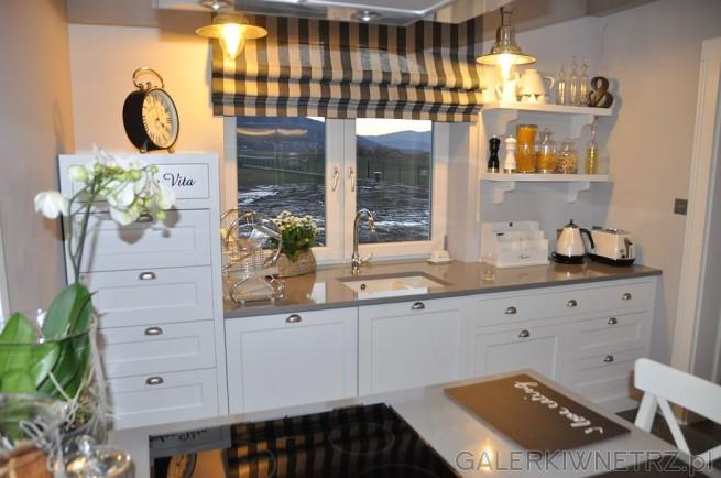 Pomysł na kuchnię przyjemną i rodzinną. Użyte w niej meble są białe, znajdują ...
