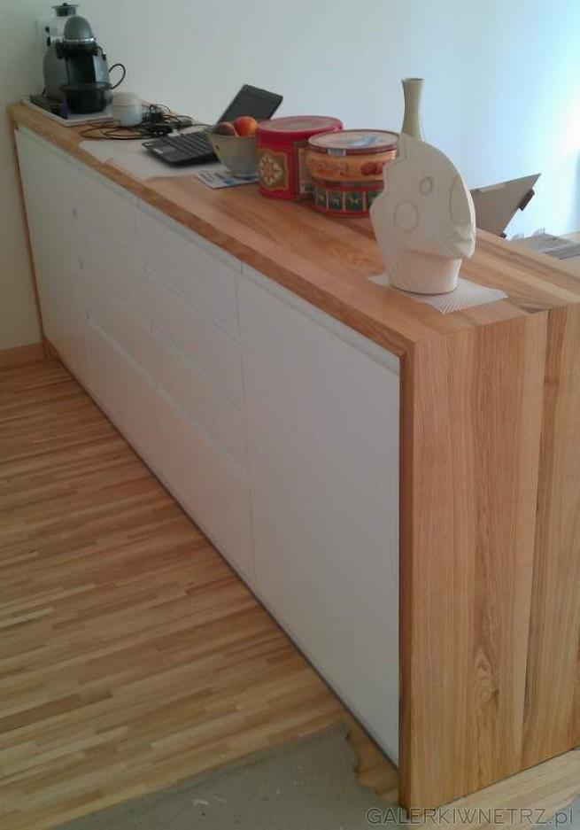 Pośrodku kuchni znajduje się obudowana szafka z szufladami, idealne miejsce na ...