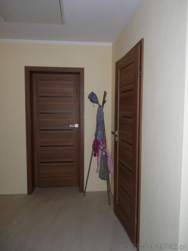Drzwi okleinowe Invado Domino 4 w kolorze akacjowym. W skrzydle drzwiowym znajduje ...