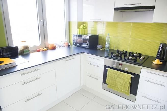 Orzeźwiające kolory w aranżacji kuchennej: biały został połączony z limmonkowym. ...