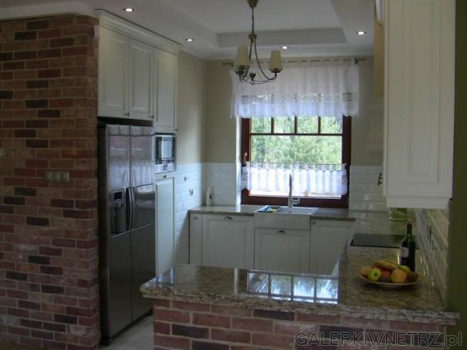 Ciekawa aranżacja kuchni, stylizowanej nieco na retro lub na kuchnię prowansalską. ...