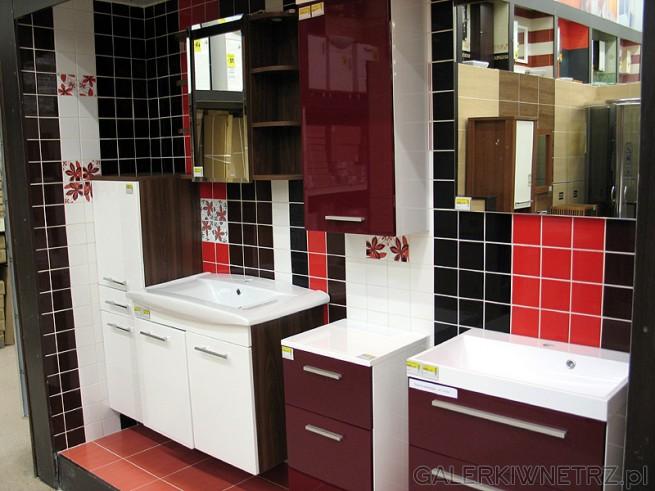 Glazura zastosowana w tej łazience to niewielkie płytki, połączenie czerni i ...