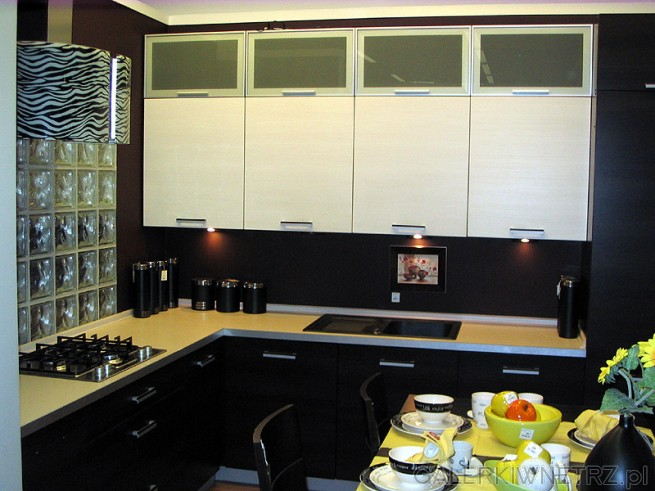 Nowoczesna kuchnia w kolorze czarnym i białym