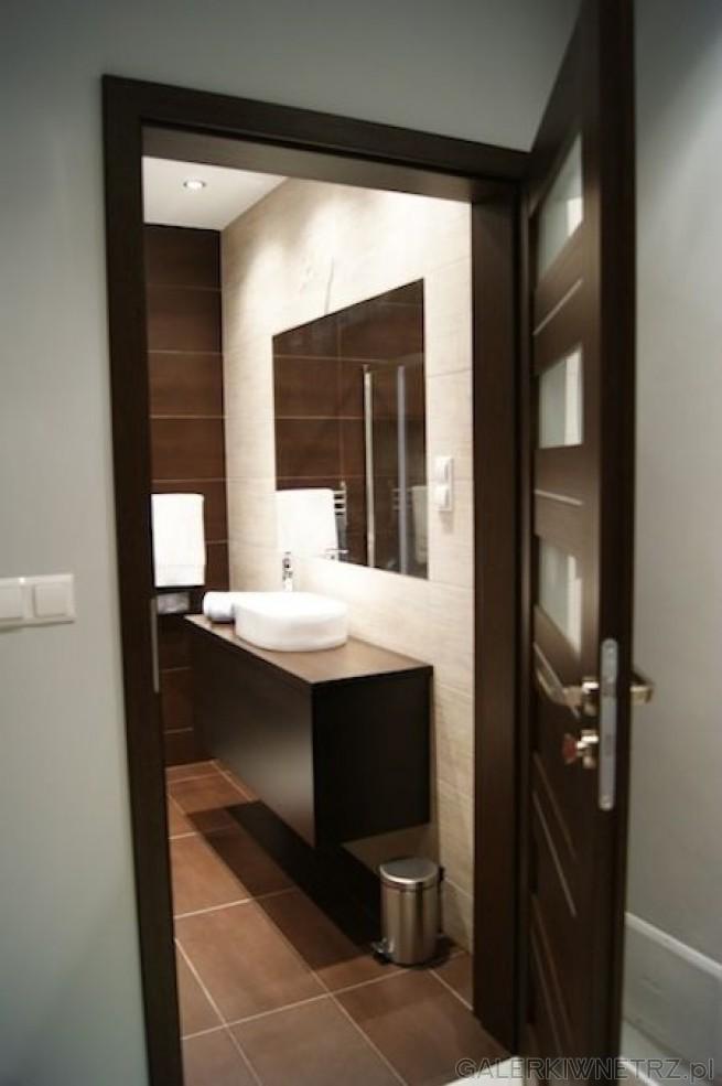 Wejście do łazienki - od razu na prawo znajdziemy owalną, opływową umywalkę ...