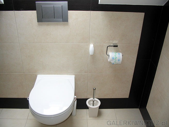 WC typu Geberit i srebrny klawisz. Podwieszane muszle wyglądają estetycznie jednak ...