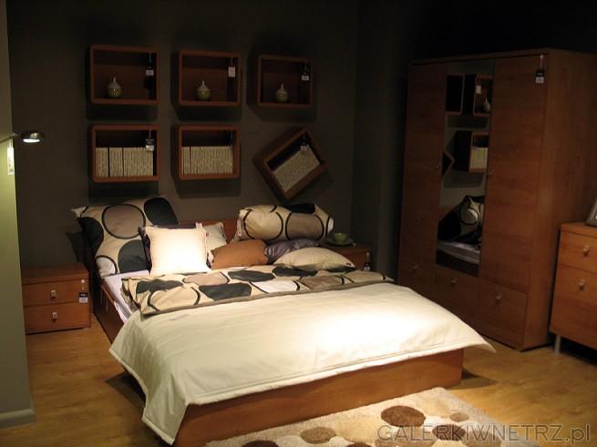 W tej aranżacji sypialni znajdziemy dwuosobowe łóżko z klasycznego drewna, proste ...